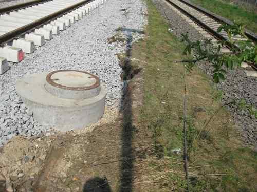 Schächte neben der Bahn