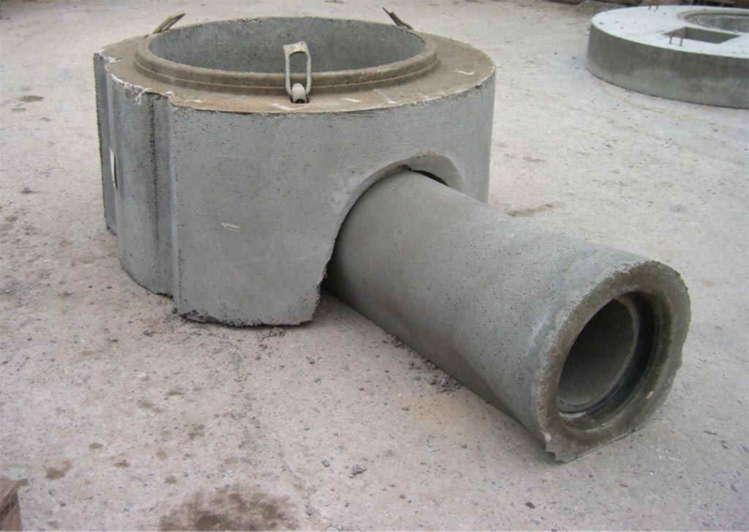 Bild zeigt Hundehütte aufgesetzt auf Betonrohr