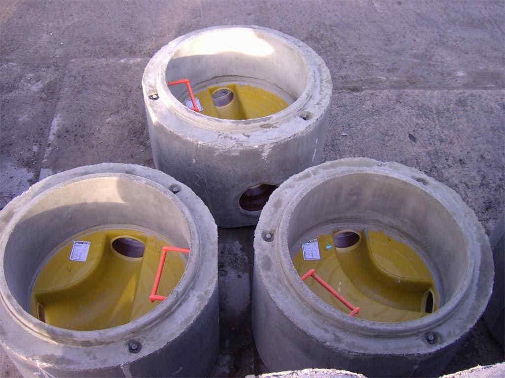 verschiedene Schachtunterteile mit PE/GFK - Gerinneschale