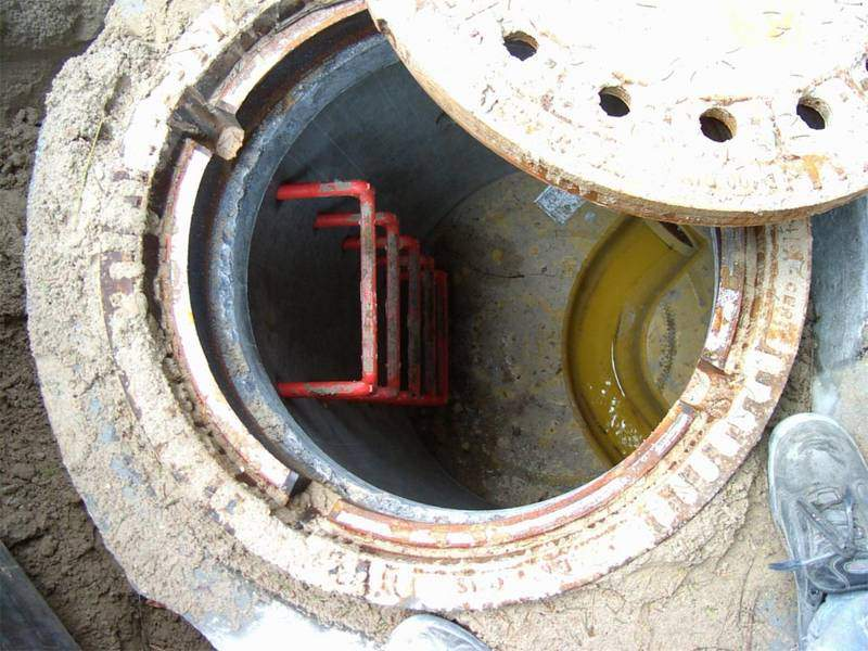 Mit einer A-Platte eingebaut. So wurde Eintritt von hochstehenden Grundwasser verhindert.
